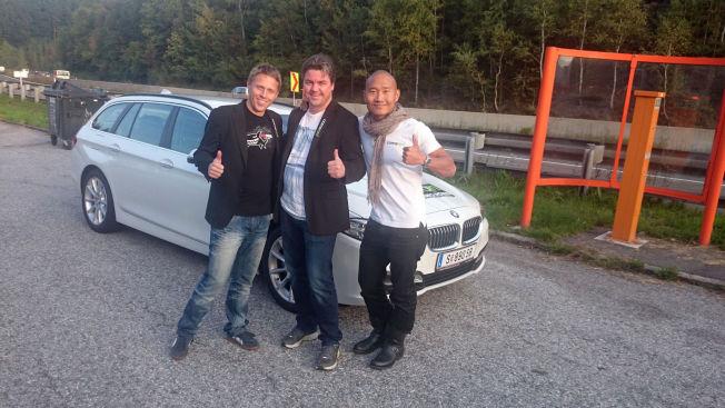 <p>KLARE: Her poserer f.v. Gunnar Garfors, Øystein Djupvik og Tay-young Pak foran bilen de håper å sette verdensrekord med. Garfors ønsker ikke å avsløre for VG hvor i Europa de er, men kan si så mye at det er et sted i Øst-Europa. Han understreker at man heller ikke skal la seg lure av bilskiltet, for det er ikke sikkert turen starter i samme land som bilen er leid i.<br/></p>