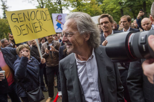 <p>Ibsenprisvinner Peter Handke ble møtt av demonstranter utenfor Nationaltheatret før utdelingen av den internasjonale Ibsenprisen søndag ettermiddag.<br/></p>