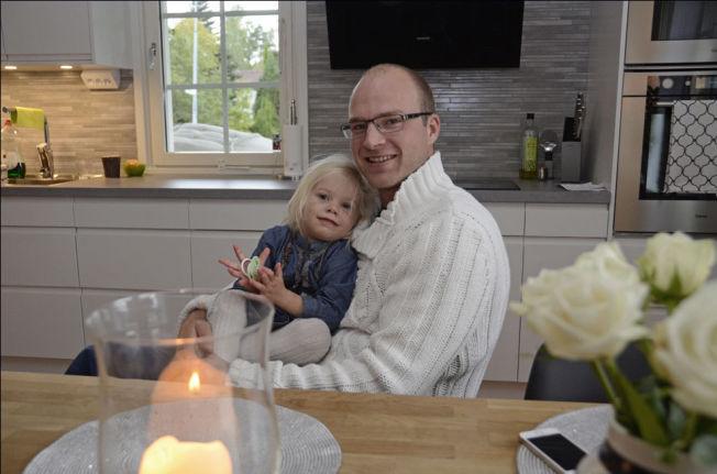 <p>KJØKKENKOS: Med datteren Nellie (2,5 år) slapper Marius Holtet av ved kjøkkenbordet hjemme i boligen utenfor Karlstad.</p>