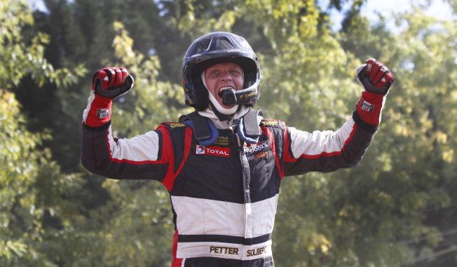 <p>GULLGUTT: Petter Solberg er allerede klar som verdensmester i rallycross for 2014. Her jubler han etter en tidligere seier i Frankrike for noen uker siden.</p>