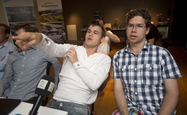 <p>HJELPEREN: Magnus Carlsen får med seg Jon Ludvig Hammer til Sotsji. Her er de to under forberedelsene til sommerens OL i sjakk.<br/></p>