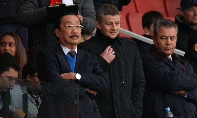 <p>HÅNDPLUKKET ERSTATTER: Vincent Tan (t.v.) sier at Ole Gunnar Solskjær på sett og vis ikke var hans ansettelse, men Mehmet Dalmans (t.h.). Cardiffs malaysiske eier stiller seg imidlertid fullt og helt bak Russell Slade som ny manager i klubben.<br/></p>