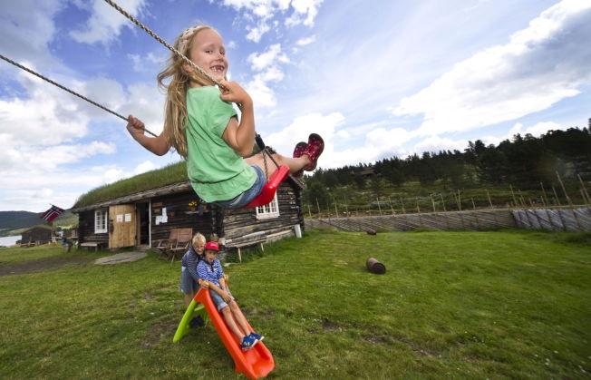 <p>HUSKER GODT: Henriette Johansen Sæbø husker i vei, mens broren Jens Martin og kameraten Mads ser langt etter henne.</p>
