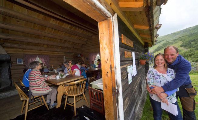 <p>VERTSKAPET: Anne-Mari Sandvær og Øistein Formo har brukt ti år på å restaurere setra i Vågå. De har laget et åpent og gjestfritt tun – der tømmerhusene brukes til både kafeteria, intimkonserter og barnedåp.</p>