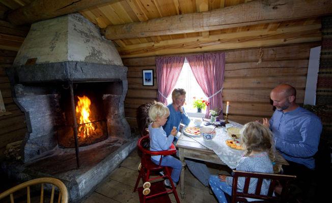 <p>PEISKOS: Oslo-familien koser seg i peisestua, der seterrømme-vaflene glir ned på høykant. Heidi Waagard, Svein Vigeland Rettem og ungene Linus og Johanna har det bra på seterferie i fjellheimen.</p>