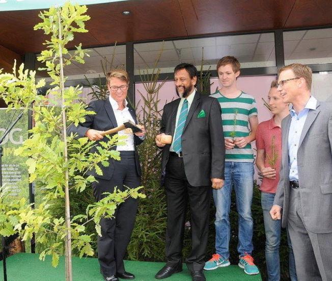 KUTTET: Klimaminister Tine Sundtoft (t.v. med øks) fremstilles av Venstre, KrF og en samlet miljøbevegelse som statsbudsjettets store taper. Her fra en treplanting under Arendalsuka.
