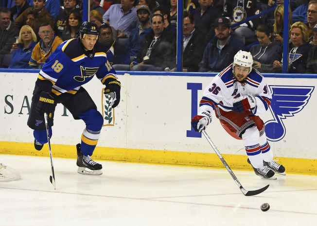 <p>I FØRSTEREKKA: Mats Zuccarello (27) spilte i Rangers' førsterekke borte mot St. Louis Blues natt til fredag. Her i duell med hjemmelagets Jay Bouwmeester.</p>