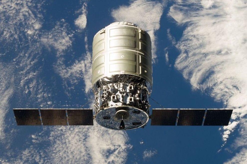 Lastefartøyet Cygnus kobles sammen med romstasjonen 29. september 2013. Etter denne første prøveferden har Cygnus gjennomført to kommersielle ferder med nyttelast.