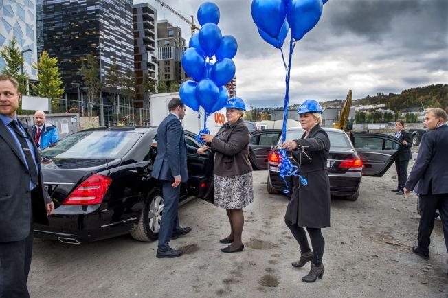 MØRKE SKYER OVER BLÅ IDYLL: Erna Solberg og Siv Jensen ville ikke ha med seg bursdagsballongene da de satte seg i bilen etter møtet med VG. Hvem av de to som skal sitte i førersetet i fremtiden har de to akkurat sørget for å gjøre uklart.