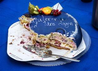 HALVSPIST; Erna Solberg fleipet med at bursdagskaken fra VG til de blåblå inneholdt «litt for mye rødt fyll».