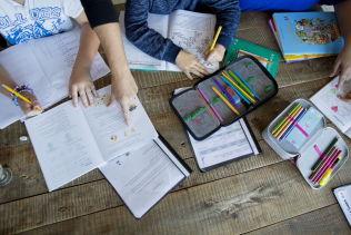 <p>LEKSEHJELP: Meld fra til skolen hvis du ikke greier å hjelpe barna med leksene, er tipset fra lærer Håvard Tjora.<br/></p>