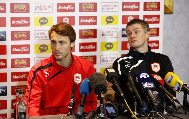 <p>PÅ BENKEN: Magnus Wolff Eikrem sammen med daværende Cardiff-sjef Ole Gunnar Solskjær på en pressekonferanse i Wales i januar.<br/></p>