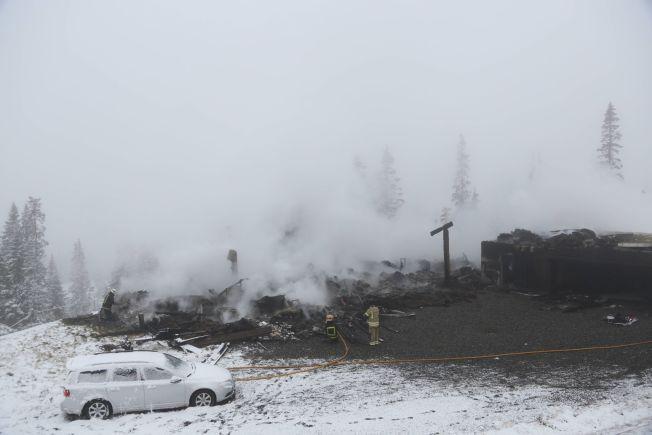 TOTALSKADET: Slik så hytta ut lørdag morgen. Brannvesenet drev etterslukkingsarbeid på stedet.