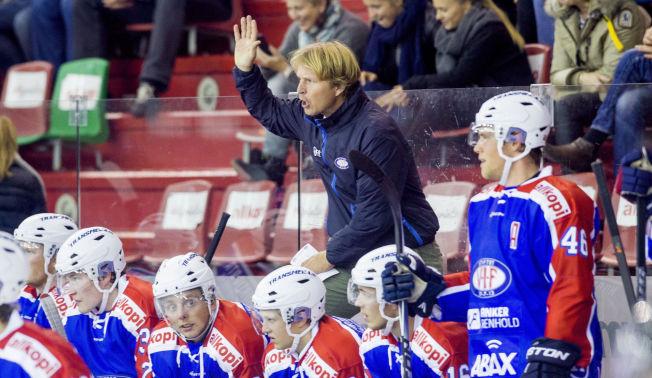 <p>OPPGITT: Vålerenga-trener Espen Knutsen på benken under en kamp mot Stjernen tidligere i høst.<br/></p>