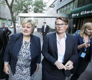 HAR TILLIT: Statsminister Erna Solberg og Tine Sundtoft sammen på vei til i FN i New York i slutten av september. Solberg bedyrer at hun synes Sundtoft gjør en god jobb som klimaminister.