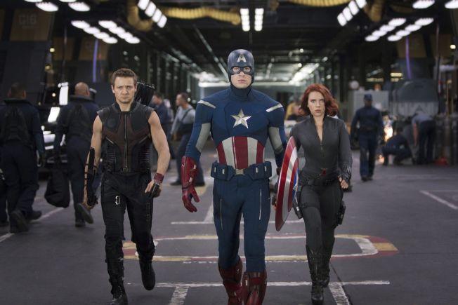 <p>KOMMER TILBAKE: Chris Evans kommer tilbake som Captain America. Tirsdag annonserte Marvel at den tredje Avengers-filmen, blir delt i to og kommer i 2018 og 2019. Her er Jeremy Renner (tv) og Scarlett Johansson (h) i den første filmen.<br/></p>