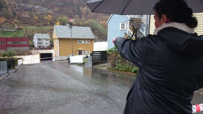 <p>KAN RASE: Det gule huset nærmest elva tilhører Elin Tjelle Grant. Nå står det i fare for å bli tatt av flom. Foto: SIRI ELTON<br/></p>
