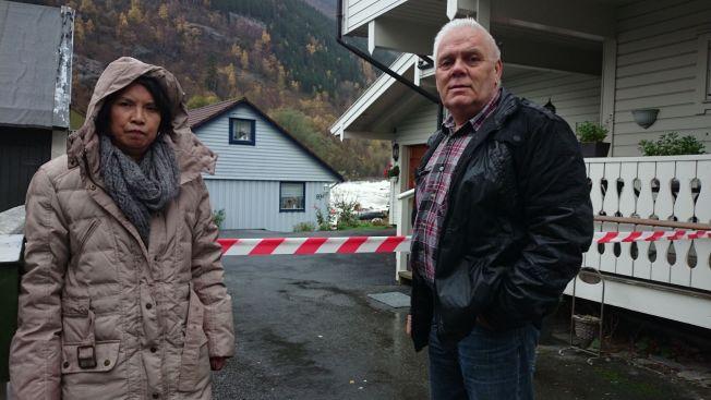 <p>HIT, MEN IKKE LENGER: Shirley (t.v.) og Jan Nordli er nede og kikker på huset deres som når som helst kan forsvinne i vannmassene. Men lenger enn sperrelinjen, kommer de ikke. Foto: SIRI ELTON<br/></p>