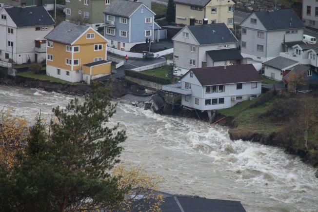 <p>PÅ TYNN GRUNN: Til venstre står Elin Tjelle Grant sitt gule hus og kjemper mot vannmassene. Det samme gjør Jan Nordli sitt blå. Foto: TERJE LÆGREID<br/></p>