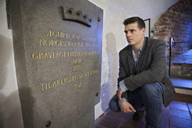 <p>GRAVALVORLIG: Forfatter Øystein Morten med gravsteinen til Sigurd Jorsalfare som nå skal destrueres.<br/></p>