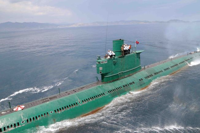 <p>STORT VÅPEN: Nord-Koreas leder Kim Jong-Un inspiserer ubåt nummer 748 i marineenhet 167 på et ukjent sted i Nord-Korea på dette bildet fra juni i år. Det er uklart om dette er den samme ubåten som er blitt modifisert.<br/></p>