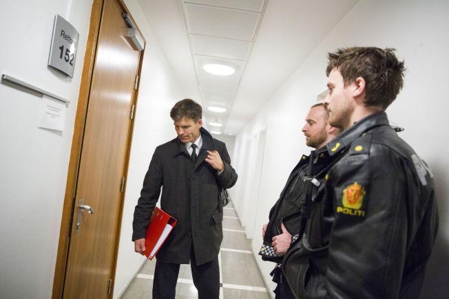 <p>FENGSLINGSMØTE: Mandag ble moren i 30-årene fremstilt for fengsling. På bildet politiadvokat Pål-Fredrik Hjort Kraby og to politibetjenter.<br/></p>