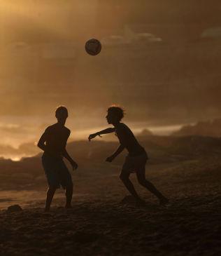 <p>CARCAVELOS: Mest kjent som en surefestrand utenfor Lisboa, men lokaleungdommer spiller også fotball i solnedgangen.</p><p><br/></p>