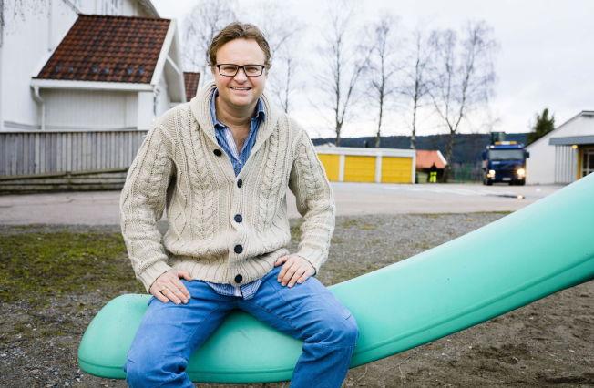 <p>VIL BEKJEMPE MOBBING: Plagingen Kjetil Hasselberg (48) opplevde som liten, har formet voksenlivet hans. Nå jobber han som sosiallærer på Sørumsand skole.<br/></p>
