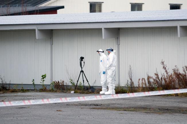 <p>DREPT: Kvinnen ble funnet bak Jorkjend-bygget på Hamar. Her er kimteknikerne i gang, mens saken har status som et mistenkelig dødsfall.</p>