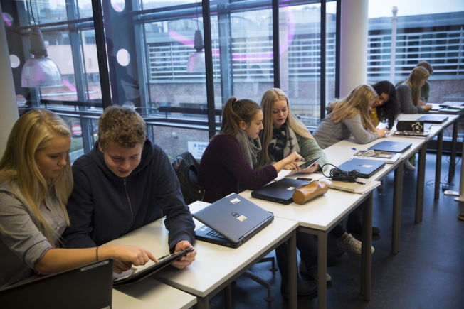 <p>DATASPILL: På Nydalen skole spiller elevene Dragon Box og Kahoot i mattetimen. F.v. Jenny Larsen Terjesen (15), Pål Holmen-Jensen (16), Julie Marie Winger Eriksen (16), Rebekka Nilsen (16), Vilde Thorud (16), Olivia Gresdahl-Yohannes (16), Tuva Standish (16) og Brage Bernersen.<br/></p>
