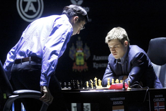TABBET SEG UT: Viswanathan Anand gjorde en gigatabbe mot Magnus Carlsen i går. Men Garry Kasparov tror at inderen hadde tapt partiet uansett.
