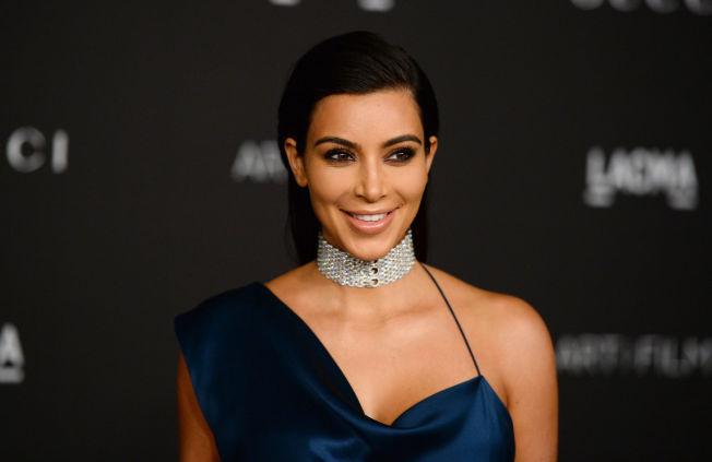 <p>SUPERKJENDIS: Realitystjernen Kim Kardashian har siden hun ble kjent for en ufrivillig lekket sex-video med eks-kjæresten, tjent seg søkkrik på reality-serien «Keeping Up With The Kardashians». Her på rød løper i forbindelse med en filmgalla på LACMA i Los Angeles.<br/></p><p><br/></p>