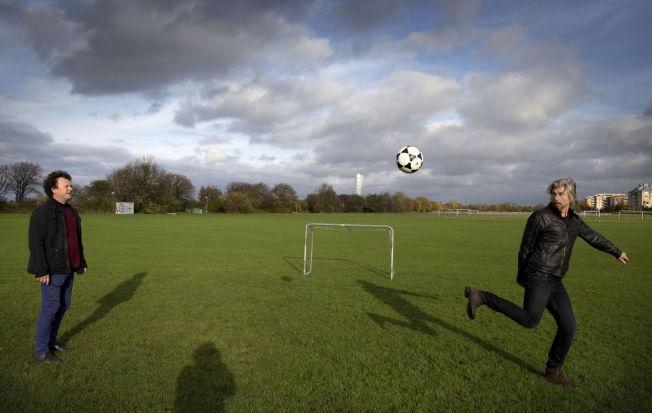 <p>FOTBALL-PARTNERE: Fredrik Ekelund gir medforfatter Karl Ove Knausgård en ball – og Knausgård er der med en gang. De to har skrevet brev til hverandre under fotball-VM i Brasil – som er blitt boken «Hjemme-Borte». Her på Limhamnfeltet i Malmö der de tidligere spilte sammen hver søndag.</p><p><br/></p>