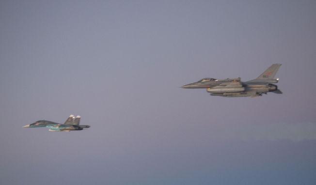 <p>UNDER OPPSIKT: Et norsk F-16 (til høyre) får nærkontakt med russisk Su-34 Fullback for aller første gang. Det er også første gang SU-34 er i nordområdene.<br/></p>