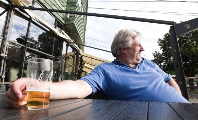<p>GOD STEMNING: Rolf Støen (49) fra Larvik drikker kun for å komme i god stemning og i festlig lag. Lokføreren inntar aldri alkohol for å roe ned- eller mestre jobben bedre.<br/></p>