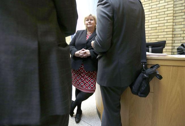 <p>KOM I KLEM: Statsminister Erna Solberg, her i samtale med journalister fra Dagens Næringsliv i Stortingets vandrehall tidligere denne uken.<br/></p>