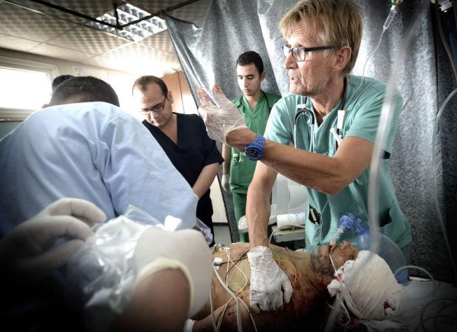 <p>GILBERT I GAZA: Dette er slik de fleste kjenner Mads Gilbert, som den frivillige, frittalende legen som jobber for å redde liv på Shifa-sykehuset i Gaza. Her hjelper han en hardt skadet mann i juli i år.<br/></p>