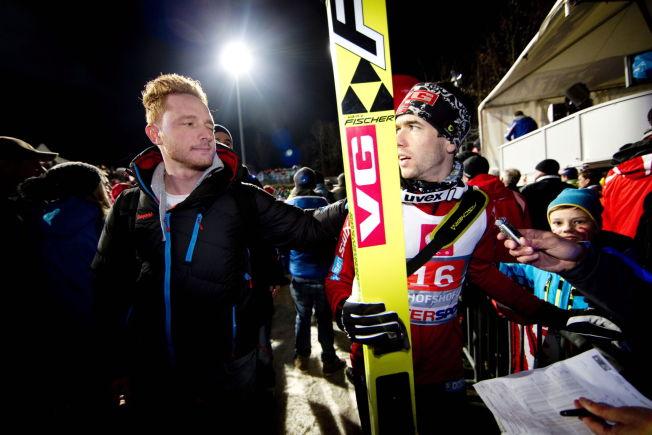 <p>BARE HOPP: Johan Remen Evensen blunker vennskapelig til Anders Bardal på sletta i Bischofshofen etter siste Hoppuke. Nå blir verdensrekordholderen NRKs nye hovedekspert på hopp.<br/></p>