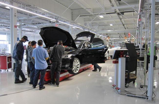 <p>NOE GALT FATT: Tesla har store motorproblemer i Norge. Årsaken skal være mangel på fett på drivakselen. Bildet er fra Tesla-fabrikken i Fremont i San Francisco Bay i California under prøveproduksjonen av Model S i 2011.</p>