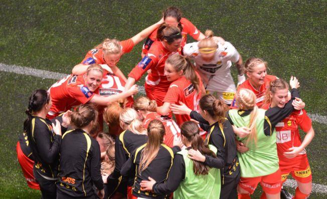 <p>MER GULL: Her jubler Lillestrøm-jentene etter 2-1-målet som gjorde sesongen komplett med både serie- og cupgull.</p>