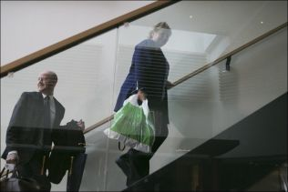 <p>OMSTRIDT POSE: I fjor ga Høyre-leder Erna Solberg en pose med godteri til samarbedispartiene. Nå krangler de om avgiften på denne type poser.<br/></p>