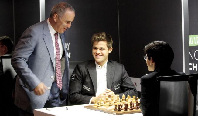<p>DEN GODE HJELPEREN: Garry Kasparov (til venstre) og Magnus Carlsen har ved flere anledninger samarbeidet. Her er sjakklegenden sammen med nordmannen og nederlandske Anish Giri i Stavanger i sommer.</p><p/><p/>