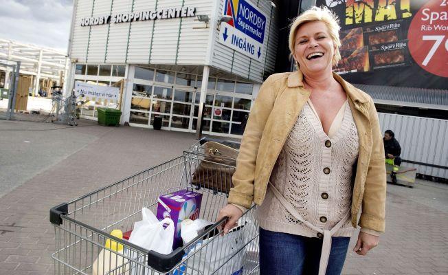 <p>POSERER: Frp-leder Siv Jensen stilte velvillig opp for VG-fotografen da hun var på handletur på Nordby kjøpesenter i Sverige i april 2012. I handlevognen har Frp-lederen flere avgiftsfrie plastposer.</p>