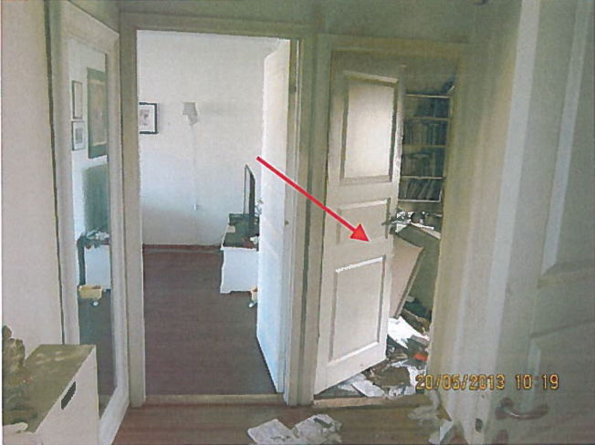 <p>ÅSTEDET: Politiets bilder fra åstedet viser døren inn til Shilan Shorsh' soverom. Bak døren lå et veltet skrivebord, men en ti centimeters glippe gjør at politiet ikke med sikkerhet kan fastslå at kvinnen var alene i rommet da brannen startet.</p>