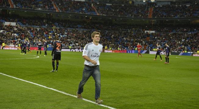 <p>STOR OPPLEVELSE: Magnus Carlsen fikk ta avspark for Real Madrid i november i fjor. Det var et stolt øyeblikk for sjakk-kongen.<br/></p>