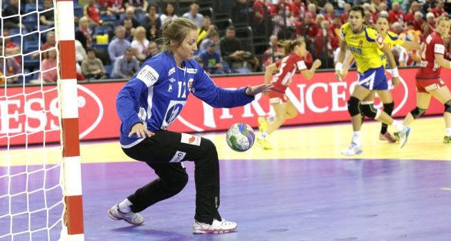 <p>GOD MOT NEAGU: Silje Solberg var god da hun slapp til mot Romania søndag. Her redder hun fra storstjernen Cristina Neagu.<br/></p>