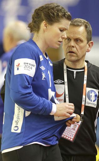 <p>SKUFFET: Keeper Kari Aalvik Grimsbø har gjort mesterskapscomeback etter fødsel, men EM varte bare en kamp. En sprukken menisk setter en foreløpig stopper for videre spill. Her er hun med Thorir Hergeirsson under kampen mot Romania.</p>
