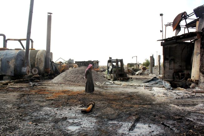 <p>IS-KONTROLLERT OMRÅDE: En mann inspiserer skadene etter et amerikansk luftangrep mot et oljeraffineri i den syriske byen Tal Abyad i oktober i år. I den samme byen ligger også sykehuset som UD sier ikke lenger vil motta norsk støtte.</p>