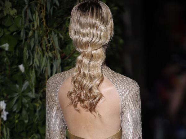 136bee2f ENKEL TVIST: Bølgete og glansfullt hår er nydelig - og samler du håret bak  ved