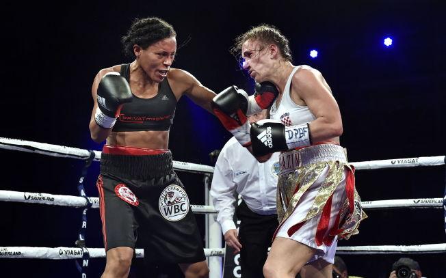 <p>BLIR LOVLIG: Cecilia Brækhus, her i kamp mot Ivana Habazin, kan endelig praktisere idretten sin i Norge.<br/></p>